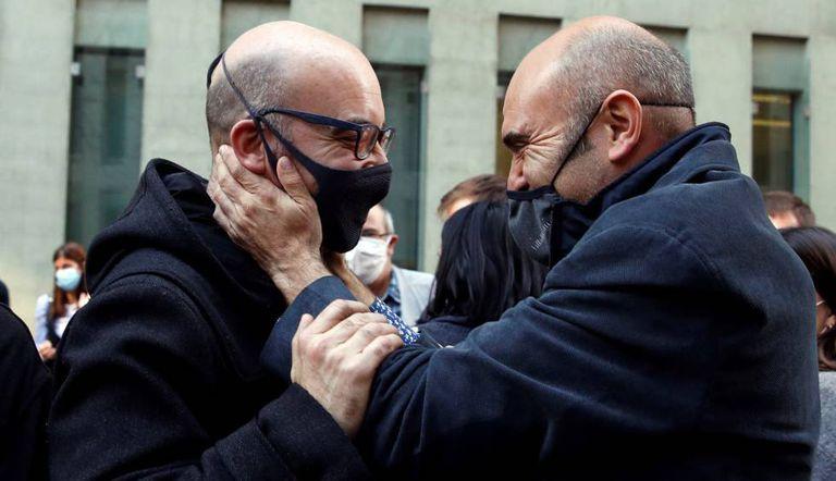 Xavier Vendrell (derecha) abraza al empresario Oriol Soler tras declarar ante el juez y quedar en libertad.
