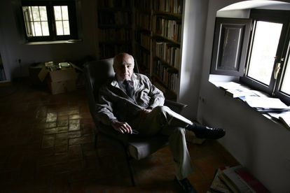 El poeta Francisco Brines, en su casa de Oliva (Valencia), en 2006.