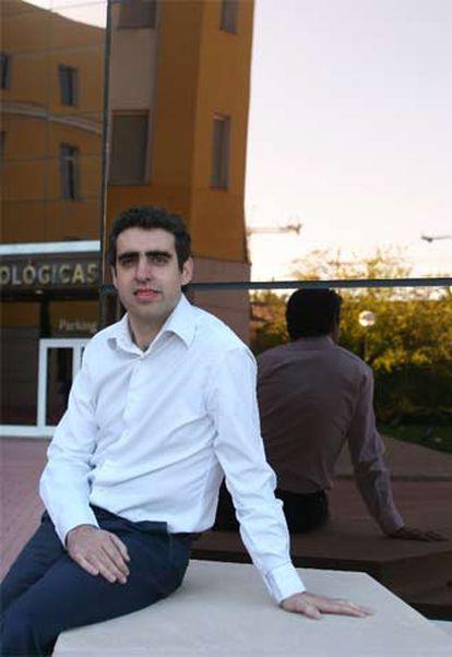 Manel Esteller, en la puerta de la sede del CNIO en Madrid.