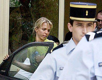 Edita Rumsas entra en el coche policial camino de su encarcelamiento.