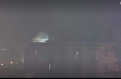 Una foto de una vecina muestra el incendio en el ático de Monte Hermoso, en el noreste de Madrid, el sábado por la noche.