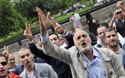 Un grupo de personas se manifiestan en contra de Gadafi a las puertas de la embajada libia en Londres