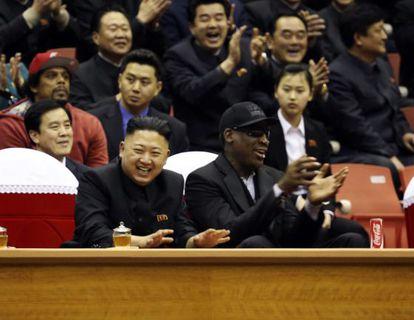 Kim Jong-Un y Dennis Rodman en un partido de baloncesto en Corea del Norte, en marzo de 2013.