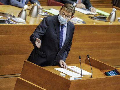 El presidente de la Generalitat Valenciana, Ximo Puig, durante la sesión de control al Ejecutivo autonómico en las Cortes.