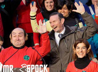 Ibarretxe saluda a la manera de 'Star Treck' durante un acto de carnaval organizado por el PNV