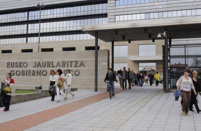 Un grupo de funcionarios sale de la sede del Gobierno vasco en Vitoria.