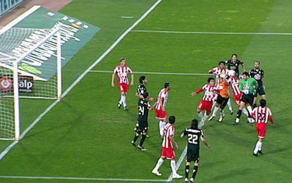 Momento en el que el portero del Deportivo, Aranzubia, cabezaea el balón para marcar el gol del empate ante el Almería.