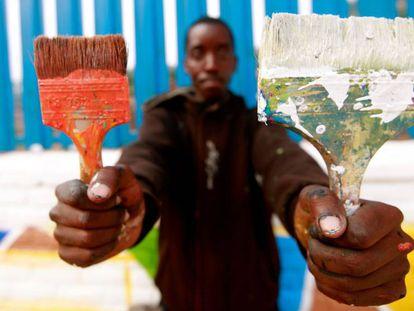Un artista de la empresa social ruandesa Kurema, Kureba, Kwiga, cuya historia contamos en el reportaje 'Pintura para acabar con los tabús'.