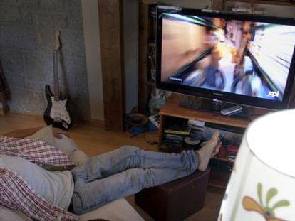 Un espectador dormido frente al televisor durante la emisión de un programa de máxima audiencia.