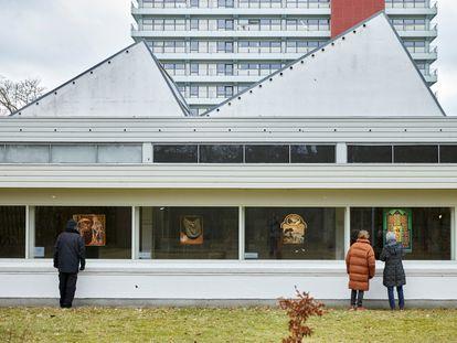 El museo Jorn de Silkeborg (Dinamarca) ha colgado sus cuadros de las ventanas para que se puedan ver sin tener que entrar en un espacio cerrado.