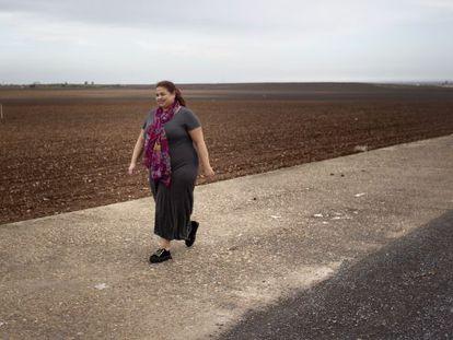 Ángela Campos pasea por la enorme finca de Las Cabezas de San Juan (Sevilla) que su padre vendió en 2002 a Francisco García.