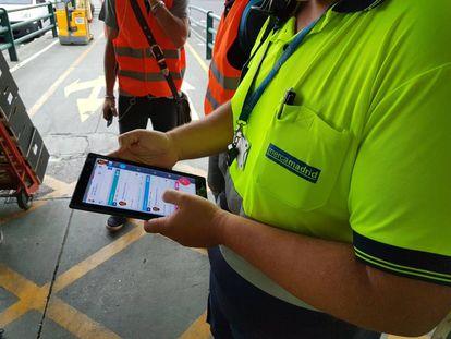 Un trabajador de Mercamadrid utiliza la nueva app.