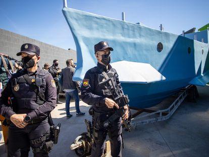 La Policía custodia la narcolancha intervenida en una nave de Monda (Málaga), este viernes.