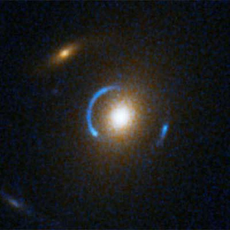 Uno de los ocho anillos de Einstein, fenómenos predichos hace 70 años por el físico alemán, fotografiado por el 'Hubble'. El campo gravitacional de un objeto masivo, como una galaxia, curva el espacio-tiempo de manera que la luz resulta distorsionada a su alrededor y crea una lente gravitacional. En algunos casos, se forma un aro luminoso.