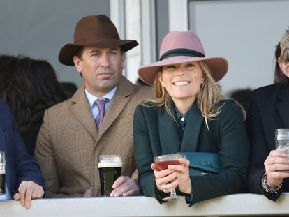 Peter y Autumn Phillips en una carrera de caballos en el Festival de Cheltenham, Reino Unido, el 13 de marzo de 2020.