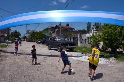 Unos niños juegan al fútbol en Villa Fiorito.