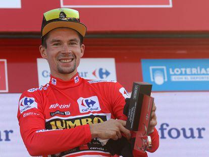 El esloveno Primo Roglic con el maillot rojo de líder tras la sexta etapa de la Vuelta a España, este jueves entre Requena y el Alto de la Montaña de Cullera.