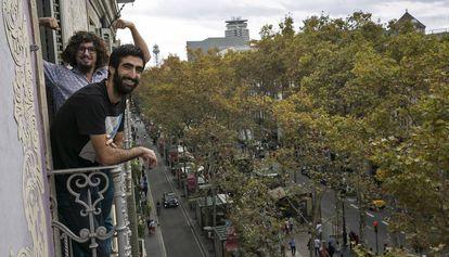 Cesar y Diego en uno de los balcones de su casa de la Rambla