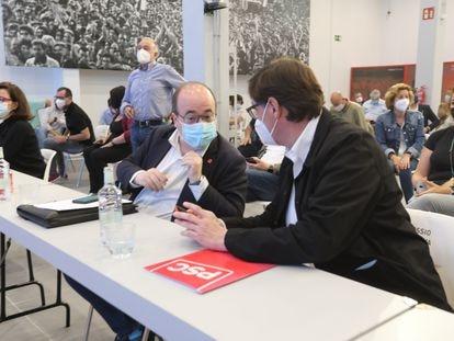 El ministro de Cultura, Miquel Iceta (izquierda) conversa con el jefe de la oposición en el Parlament, Salvador Illa, en una imagen de archivo