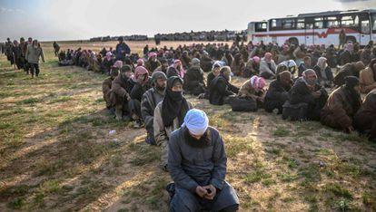 Fuerzas opositoras sirias retienen a combatienes del ISIS, el 22 de febrero.