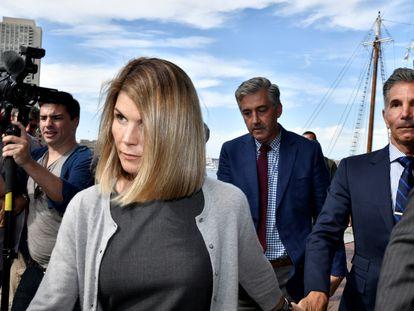 Loughlin y su marido dejan un tribunal federal tras escuchar los cargos en su contra en Boston, el 27 de agosto de 2019.