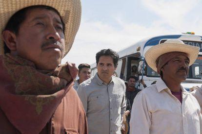 Michael Peña (centro) en 'Narcos:México'.
