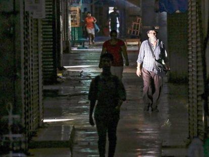Personas caminan por los pasillos del Mercado Central de Managua en septiembre durante un paro nacional.