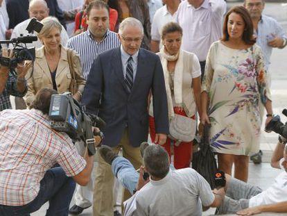 Varios periodistas tropiezan a la llegada del alcalde de Alhaurín, Martín Serón, a los juzgados.