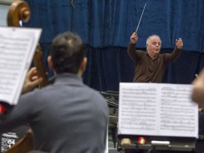 Daniel Barenboim (al fondo), durante un ensayo en Bormujos.