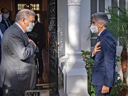 El ministro del Interior, Fernando Grande-Marlaska, derecha, saluda a su homólogo maroquí,  Abdelouafi Laftit , en Rabat.