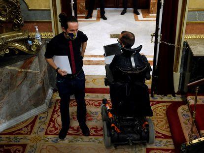 El vicepresidente segundo, Pablo Iglesias, conversa con el portavoz de Podemos, Pablo Echenique, en el Congreso.