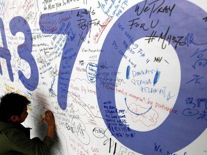 Un hombre deja un mensaje dedicado a los pasajeros del MH370, en el aeropuerto de Kuala Lumpur (Malasia), en 2014.