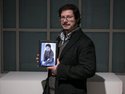 Pedrals junto a una imagen suya de hace 18 años.