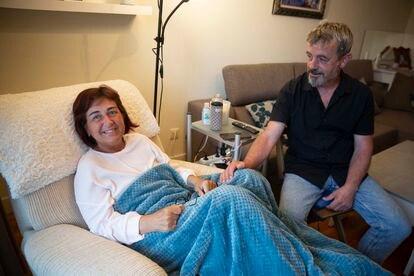 Ana Mosquera, enferma de ELA, junto a su marido, Juanjo Uria, posa en el salón de su casa en Zarautz (Gipuzkoa).