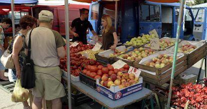 Puesto de frutas y verduras en el mercado de Przemysl (Polonia).