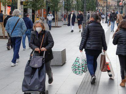 Peatones en los alrededores de la Puerta del Sol de Madrid el sábado de la semana pasada.