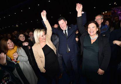 Varios miembros del Sinn Fein, celebran el resultado de las elecciones el 13 de diciembre de 2019 en Belfast.