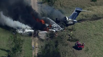 Avión con 21 personas a bordo se estrella en Texas.