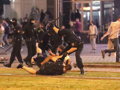 Los antidisturbios cargan contra los manifestantes en la madrugada del domingo al lunes en Minsk.