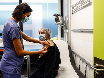 Una enfermera administra la primera dosis de la vacuna de Pfizer en un hospital de París, el 2 de enero.