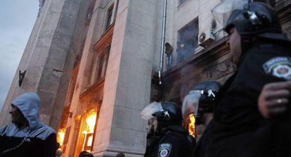 Al menos 38 muertos en un incendio en la sede de los sindicatos en Odesa.