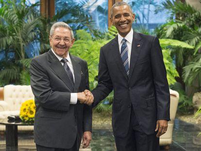 La reunión bilateral entre los presidentes de Cuba, Raúl Castro, y de EE UU, Barack Obama, dio comienzo en el Palacio de la Revolución de La Habana, sede del Gobierno socialista de la isla, uno de los actos más importantes del programa del gobernante estadounidense en el país. En la imagen, Barack Obama saluda a su homólogo Raúl Castro.
