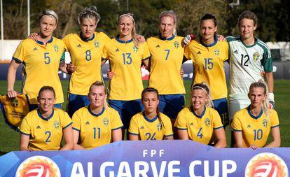 La selección sueca de fútbol femenino, antes de iniciar un partido.