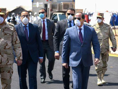 El presidente egipcio Abdelfatá al Sisi visita en abril de 2020 la base militar de Huckstep, al este de El Cairo.