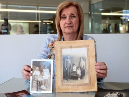 Bartolomea Riera sostiene una foto en la que aparecen su abuela Margalida y su abuelo Antoni junto a sus dos hijas, Francisca y Antonia.