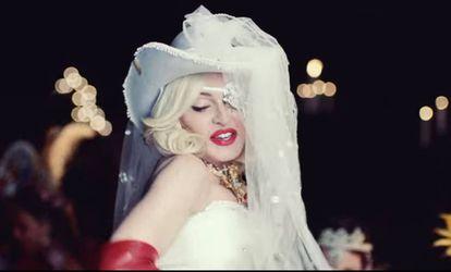 Madonna, vestida de novia, con sombrero y velo, en 'Medellín'.
