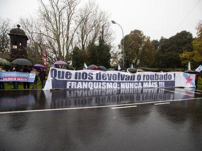 Manifestantes del BNG durante el acto de entrega de las llaves del pazo de Meirás el pasado diciembre.