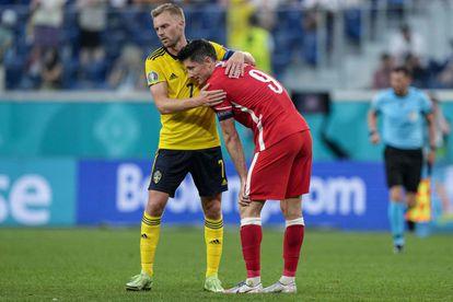 El mediocentro Sebastian Larsson consuela a Robert Lewandowski.