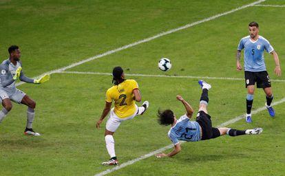 Cavani marca el segundo gol de Uruguay ante Ecuador.