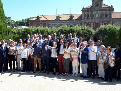 Gerard Figueras y Gerard Esteva, en el centro, presentan el acuerdo de la proposición de ley.